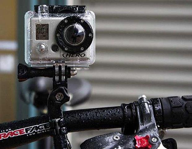 為了能夠拍攝精彩影片,本誌最近向香港代理TripPro借出兩台GOPRO HERO3高清攝錄機拍攝影像,,代理還根據車款建議使用不同款式的吸盤。  GoPro高清攝錄鏡頭對大部份車友來說不會陌生,由2002年推出至今,已進化至最新款的HERO 3系列,由於使用方便,並且能夠拍攝超高質及穩定的影像,固吸引不少車友及車手使用,用作拍攝優美過彎動作、轉檔手法或比賽實況之用。而高質影片既可用作分析或檢討個人駕駛技術,同時為旅程留下美好的回憶。 GoPro不單止可用於拍攝電單車運動上,齊全的配件讓GoPro成為多