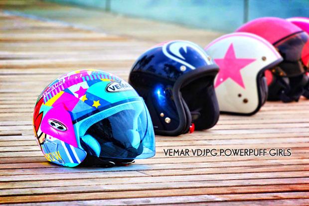 愛美是每個女仕的天性,不論在任何場合及時刻都希望保持最佳狀態。因此,為著標緻可人的女騎士及後座乘客著想,我們特意搜羅多款可愛頭盔,並請來迷人美貌的Carrie Law配戴,展示真正美態,大家不妨細心欣賞。 OSBE COOPER $1,040(翔利) 意大利設計及生產的 COOPER頭盔,帽型雖懷舊復古,但採用超搶眼的螢光粉紅及簡單的直線拉花,外觀簡潔明亮,連模特兒Carrie亦被深深吸引,可見女仕對螢光粉紅特別寵愛。還有,頭盔備有多款顏色及尺碼選擇,與男朋配襯一對更為甜蜜。    VEMAR VDJ